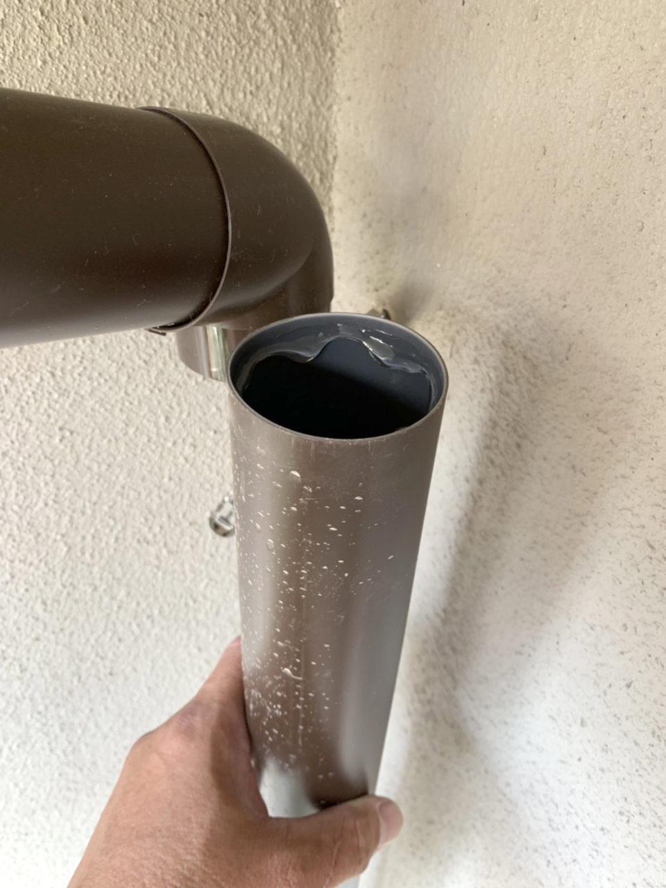 立て樋(屋根から集まった雨水を下へ送る筒状の装置)の取り付け工事1